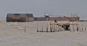 Akibat Cuaca Ekstrim Dua Tug Boat Terdampar di Merak