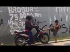 Bocah Pemberani Hadang Pengendara Motor di Trotoar