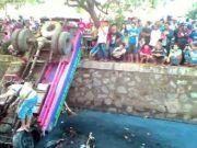 Truk Tangki Air Isi ulang Tercebur ke Kali Jalan Benteng Betawi