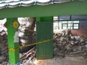 Dinding SMPN 19 Kota Tangerang Selatan Jebol Dihantam Longsor