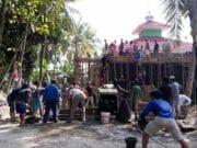 Warga Kampung Lebak Sawo Gotong Royong Rehab Mesjid Al-Hidayah