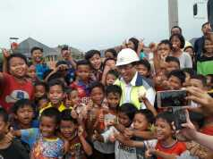 Ekspresi Bahagia Menteri Perhubungan dengan Anak-anak Kecil di Tanah Tinggi Tangerang