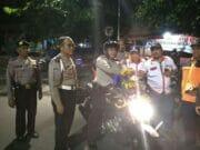 Jelang Pergantian Tahun, Kapolsek Neglasari Gunakan Sepeda Motor Sapa Masyarakat