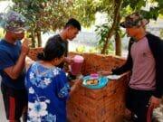 Bukti Manunggal TNI dan Rakyat, Warga Tulus Membantu TMMD ke-102 Kodim 0510/Trs
