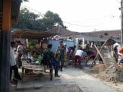 Satgas TMMD ke -102 Bersama Masyarakat Percepat Renovasi Balai Desa Bojong Loa