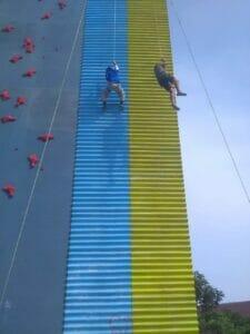 Anak-Anak Antusias Jajal Panjat Tebing di Sport Center Kelapa Dua