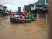 Brimob Nusantara Satgas Aman Nusa II Evakuasi Korban Banjir Labuan