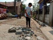 Warga Antusias Bantu Angkat Batu Di Lokasi TMMD Kronjo