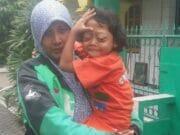 Kisah Ibu Driver Ojol Berjuang Demi Kesembuhan Sang Putri