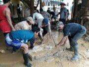 Satbrimob Polda Banten Bersihkan Puing Pasca Bencana Lebak