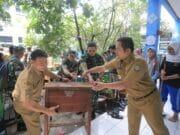 Wali Kota Bantu Bebersih Usai Banjir di SMPN 24 Kota Tangerang