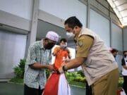 Mulai Didistribusi, Warga Tangerang Terima Paket Sembako Pusat