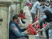 Kumpulkan Uang Jajan, Pelajar Kota Tangerang Bagikan Ribuan Masker dan Sembako