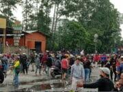 Kepung Petugas, Ribuan Massa Aksi Tolak UU Omnibus Law di Jalan Daan Mogot Ricuh