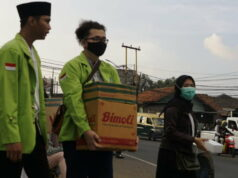 Sesaat Jelang Berbuka Puasa, Mahasiswa Binamadani Bagi-Bagi Makanan