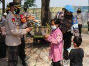 Bagikan Bocah Mainan di Slum Area, Kapolres: Musim Virus Mainnya Dirumah Aja