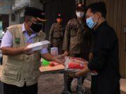 Penegakan PPKM Level 4, Satpol PP Kota Tangerang Bagikan Makanan dan Beras