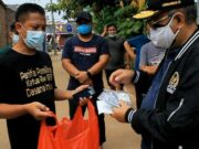 Ananta Wahana Anggota DPR RI Bagikan Vitamin ke Warga Bonang Kecamatan Kelapa Dua