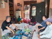 Tampak Eli Mulyadi selaku Ketua Bakor Kabupaten Cilangkahan bertakjiyah ke rumah keluarga korban.