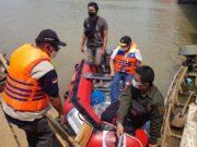 Anggota Komisi VI DPR RI, Ananta Wahana, saat menyerahkan bantuan peralatan tanggap darurat bencana.